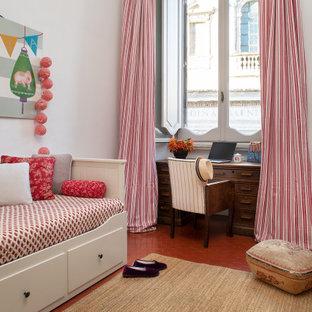 Ispirazione per una cameretta per bambini minimal con pareti bianche e pavimento rosso