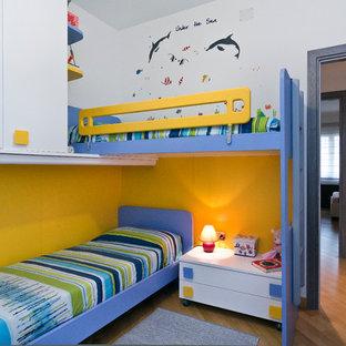 Ispirazione per una cameretta per bambini da 1 a 3 anni contemporanea di medie dimensioni con pareti bianche e parquet chiaro