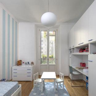 Ispirazione per una piccola cameretta per bambini da 4 a 10 anni tradizionale con pareti multicolore, parquet chiaro, pavimento giallo e soffitto ribassato