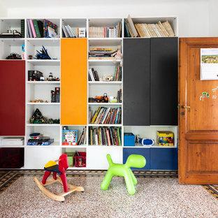 Ispirazione per una grande stanza dei giochi da 4 a 10 anni contemporanea con pareti bianche e pavimento multicolore