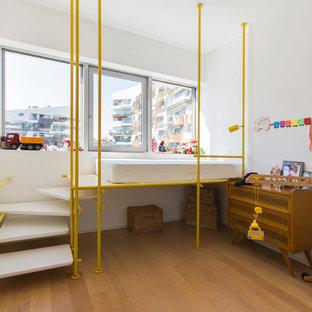 Cette image montre une petite chambre d'enfant de 4 à 10 ans bohème avec un mur blanc, un sol en bois brun et un sol marron.