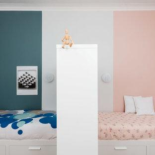 Immagine di una cameretta per bambini scandinava di medie dimensioni con pareti multicolore