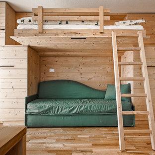Rustik inredning av ett könsneutralt barnrum kombinerat med sovrum, med ljust trägolv