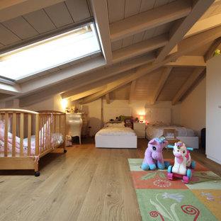 Стильный дизайн: большая детская в стиле кантри с спальным местом, бежевыми стенами, паркетным полом среднего тона, коричневым полом, многоуровневым потолком и панелями на части стены для ребенка от 4 до 10 лет, мальчика - последний тренд