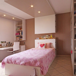 Modelo de dormitorio infantil minimalista, grande, con paredes multicolor, suelo de baldosas de cerámica y suelo multicolor