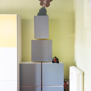 Immagine di una cameretta per bambini da 1 a 3 anni design di medie dimensioni con pareti multicolore e pavimento in terracotta