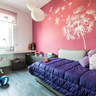 Esempio di una cameretta per bambini minimal di medie dimensioni con pareti rosa e parquet scuro