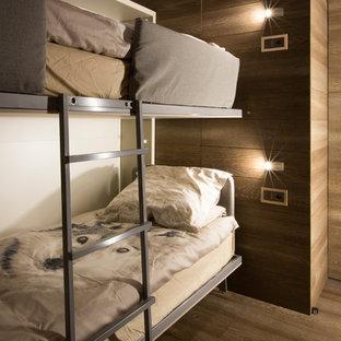 Foto di una cameretta per bambini da 4 a 10 anni rustica con pareti bianche e pavimento in legno massello medio