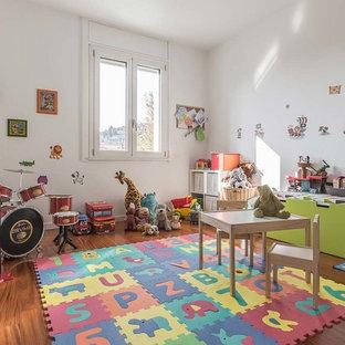 Idee per una grande cameretta per bambini da 4 a 10 anni contemporanea con pareti bianche e parquet scuro