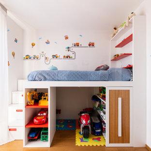 Idee per una piccola cameretta per bambini da 4 a 10 anni minimal con pareti bianche e parquet chiaro
