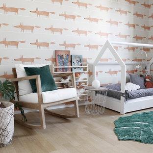 Cette image montre une chambre d'enfant de 1 à 3 ans ethnique de taille moyenne avec un mur orange, un sol en bois brun et un sol marron.