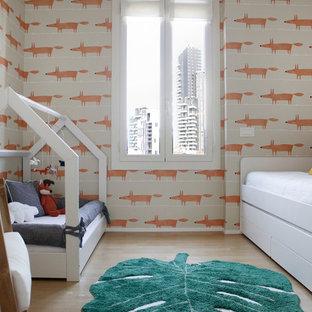 Ispirazione per una cameretta per bambini da 1 a 3 anni contemporanea di medie dimensioni con pareti multicolore, parquet chiaro e pavimento beige