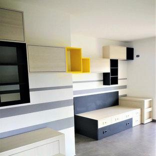 Inspiration för ett mycket stort funkis barnrum kombinerat med sovrum, med vita väggar, klinkergolv i porslin och grått golv
