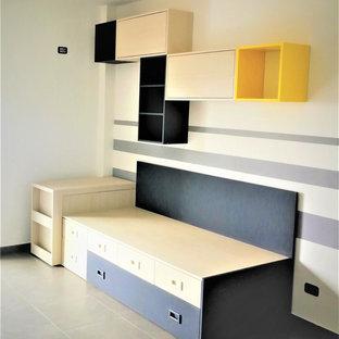 Modelo de dormitorio infantil contemporáneo, extra grande, con paredes blancas, suelo de baldosas de porcelana y suelo gris