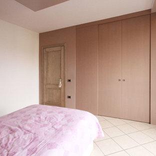 Diseño de dormitorio infantil moderno, grande, con paredes multicolor, suelo de baldosas de cerámica y suelo rosa