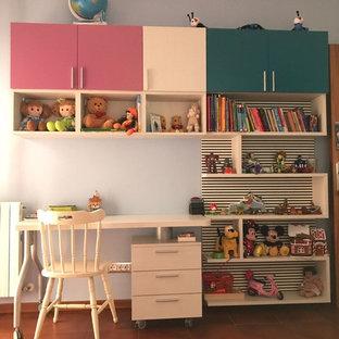 Bild på ett mellanstort funkis könsneutralt tonårsrum kombinerat med sovrum, med flerfärgade väggar, klinkergolv i keramik och beiget golv