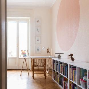 Foto di una cameretta per bambini design con pareti rosa, pavimento in legno massello medio e pavimento marrone