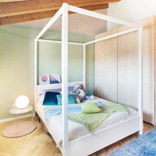 Esempio di una cameretta per bambini scandinava con pareti verdi, parquet chiaro e pavimento beige