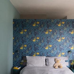 Foto di una cameretta per bambini minimal di medie dimensioni con pareti blu, pavimento in legno massello medio e pavimento marrone
