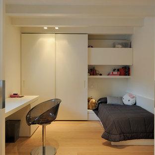 Kleines, Neutrales Modernes Jugendzimmer mit Schlafplatz, weißer Wandfarbe, hellem Holzboden und beigem Boden in Sonstige