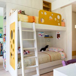 Idee per una cameretta per bambini da 4 a 10 anni minimal con pareti bianche e parquet chiaro