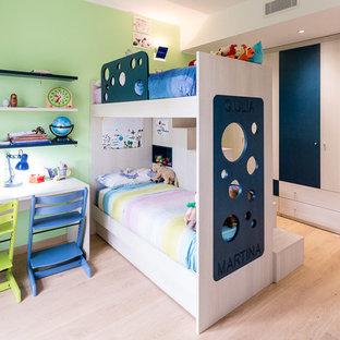 Ispirazione per una grande cameretta per bambini da 4 a 10 anni contemporanea con pareti verdi e parquet chiaro