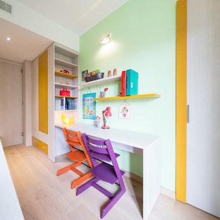 Idee per una cameretta per bambini da 4 a 10 anni contemporanea di medie dimensioni con pareti multicolore e parquet chiaro