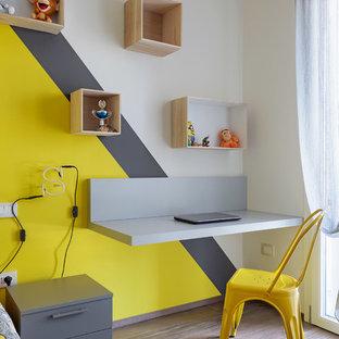Ispirazione per una cameretta per bambini da 4 a 10 anni scandinava con pareti multicolore e pavimento in legno massello medio