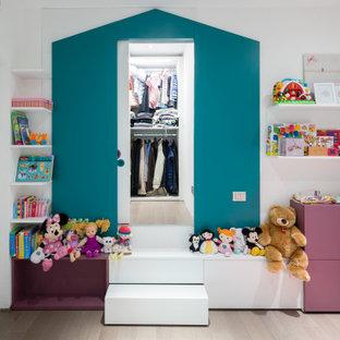 Foto di una cameretta per bambini minimal con pareti bianche, parquet chiaro e pavimento beige