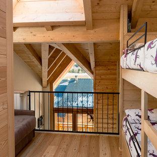 Ispirazione per una cameretta per bambini stile rurale di medie dimensioni con pavimento in legno massello medio e pavimento marrone
