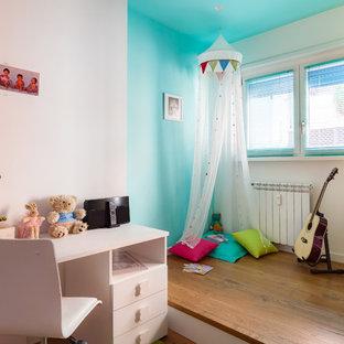 Ispirazione per una piccola cameretta per bambini da 4 a 10 anni design con pareti multicolore