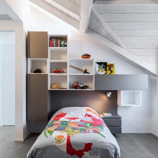Immagine di una cameretta per bambini design con pareti bianche e pavimento grigio