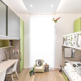 Immagine di una cameretta per bambini da 4 a 10 anni contemporanea con pareti bianche e parquet chiaro
