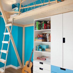 Idee per una cameretta per bambini minimal di medie dimensioni con pareti blu, pavimento in legno massello medio e pavimento beige