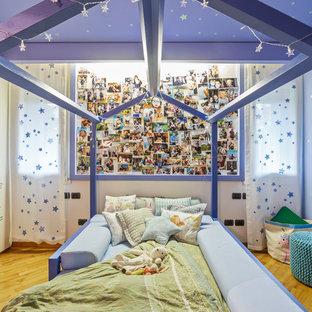 Idee per una cameretta per bambini da 4 a 10 anni design con pareti blu, pavimento in legno massello medio e pavimento marrone