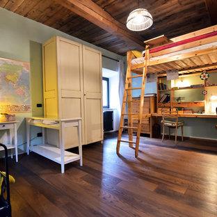 Ispirazione per una grande cameretta per bambini country con pareti blu, pavimento in legno massello medio e pavimento marrone