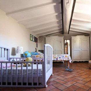 Cette photo montre une chambre d'enfant de 1 à 3 ans nature de taille moyenne avec un mur blanc et un sol en carreau de terre cuite.