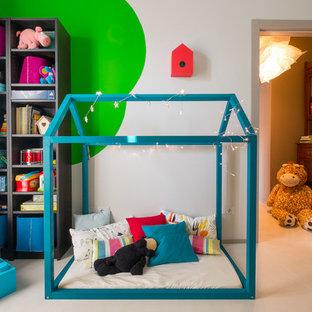 Idee per una cameretta per bambini da 4 a 10 anni minimal con pareti multicolore e pavimento in gres porcellanato