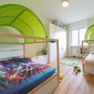 Idee per una grande cameretta per bambini da 4 a 10 anni scandinava con pavimento in legno massello medio, pareti bianche e pavimento beige