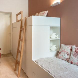 Foto di una cameretta per bambini da 4 a 10 anni mediterranea con pareti rosa e pavimento beige