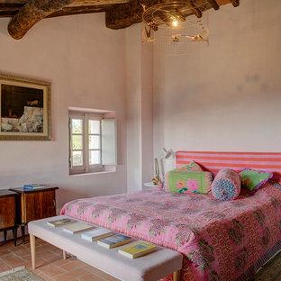Foto di una cameretta per bambini mediterranea con pareti rosa, pavimento in terracotta, pavimento arancione e travi a vista