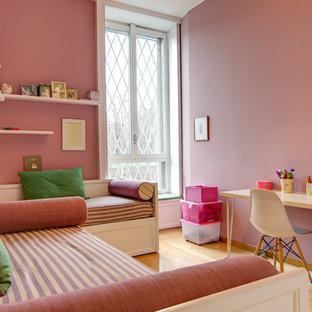 Immagine di una cameretta per bambini design di medie dimensioni con pareti rosa, parquet chiaro e pavimento beige