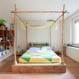 Foto di una cameretta per bambini da 4 a 10 anni country di medie dimensioni con pareti beige, pavimento in legno massello medio e pavimento marrone