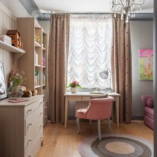 Неиссякаемый источник вдохновения для домашнего уюта: детская среднего размера в стиле современная классика с серыми стенами, светлым паркетным полом, бежевым полом и рабочим местом для ребенка от 4 до 10 лет, девочки