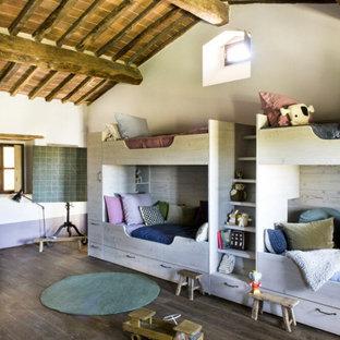 Esempio di una cameretta per bambini country con pareti bianche, parquet scuro e pavimento marrone