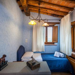 Idee per una cameretta per bambini country con pareti blu e pavimento marrone