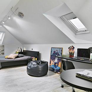 Ejemplo de dormitorio infantil minimalista, grande, con paredes blancas y suelo de baldosas de porcelana