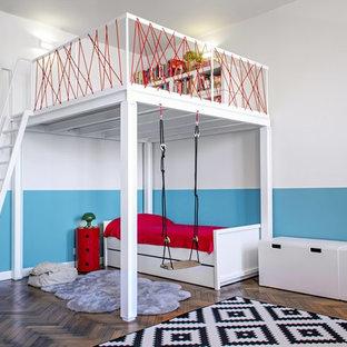Foto di una grande cameretta per bambini da 4 a 10 anni contemporanea con pareti multicolore e pavimento in legno massello medio