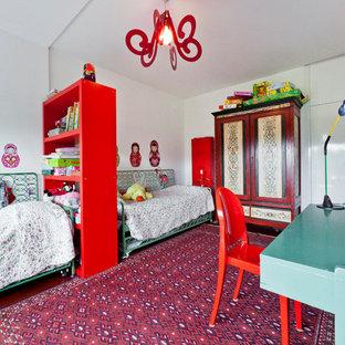 Неиссякаемый источник вдохновения для домашнего уюта: большая детская в классическом стиле с спальным местом, белыми стенами, ковровым покрытием и красным полом для ребенка от 4 до 10 лет, девочки