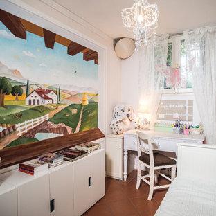 Foto de habitación de niña romántica con escritorio y paredes blancas